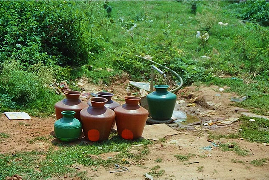 Slum area in Bangalore. The pots are deposed so they are ready when the water comes. Source: CONRADIN (2006)