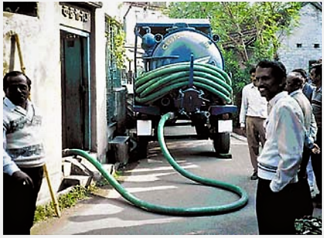 Vacuum truck emptying a pit in Bharakpur near Calcutta. Source: EAWAG/SANDEC (2008)