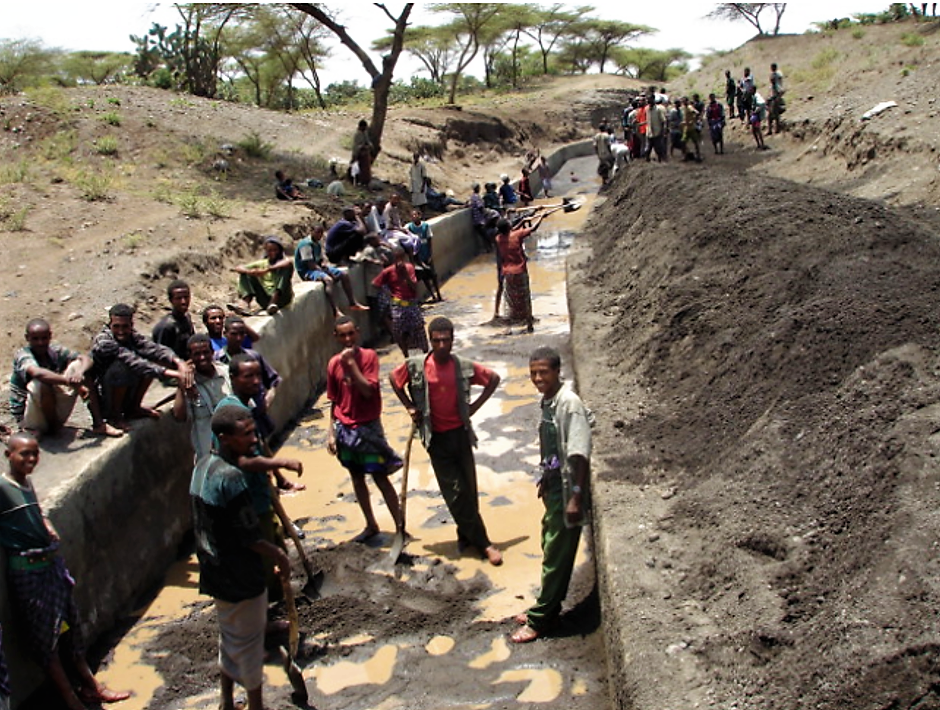 Farmers removing sediments from the main canal by shovelling. Source: EMBAYE (2009)