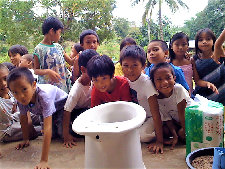 School orientation on correct use of urine separation toilet at elementary school in Baluarte (Cagayan de Oro, Philippines). Source: GTZ (2009)