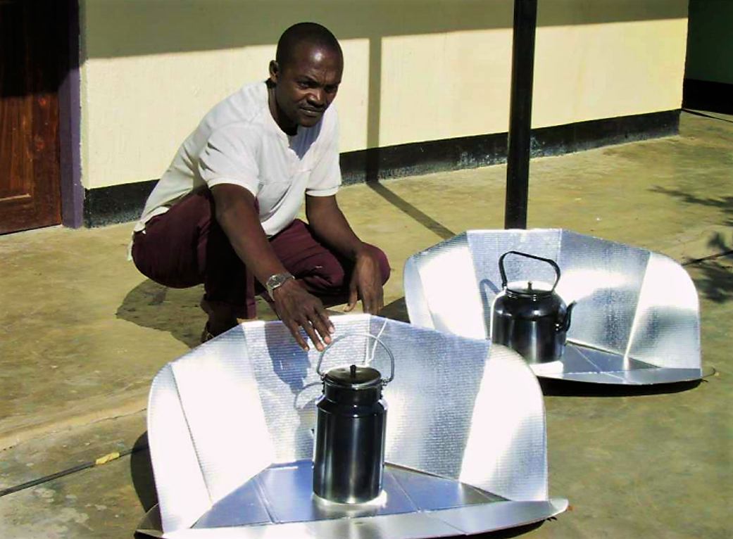 A solar cooking device with the black pan containing the water, and the reflecting panel increasing the efficiency of the pasteurisation process. Source: METCALF (2006)