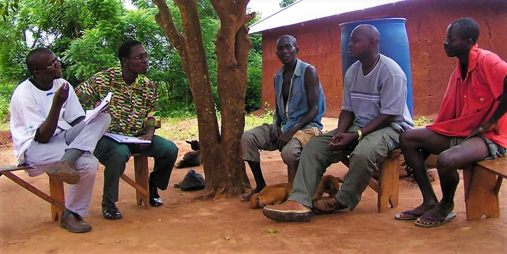 Two field workers conduct a semi-structured interview in Togo. Source: SPUHLER (2007)