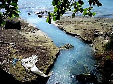 Turbid wastewater flows directly into the sea. Chetumal, Mexico. Source: B. STAUFFER (2010)