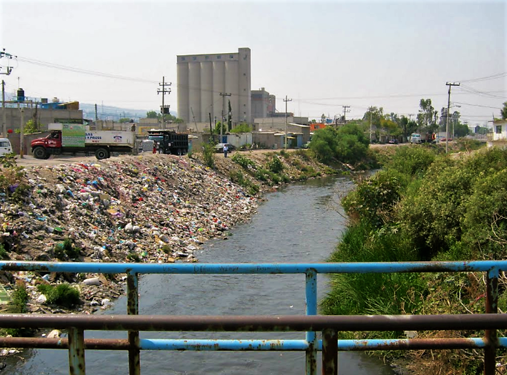 El Gran Canal in Mexico City used as primary drainage system. The water in this canal, which also transports rain and stormwater, is heavily polluted with litter and untreated wastewater. Source: WALDWIND (n.y.)