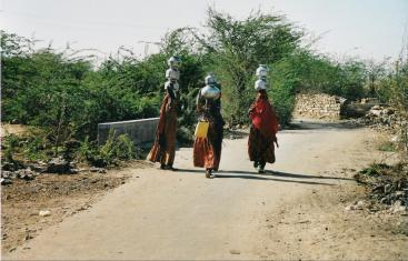 Women carrying water vessels. Source: CONRADIN (2007)
