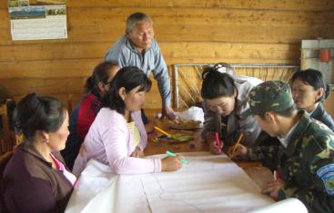 Mongolian community drawing a map of their water resource/sites/default/files/toolbox/CONRADIN 2008 Parcitipatory Mapping Mongolia_medium.JPGs and water / sanitation related problems (Source: K. CONRADIN)