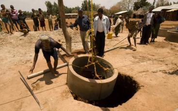 Construction of a hand-dug well in Ethiopia. Source: GLOBAL GIVING (n.y.)