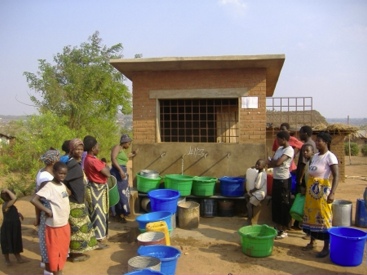 Women queue to buy water from a water kiosk in Lilongwe, Malawi. Source: MALIANO (2012).