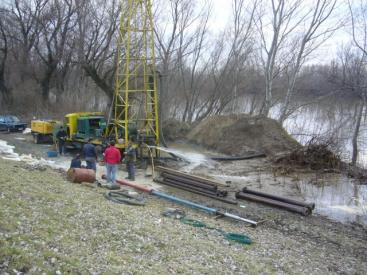 Construction of bank filtrate recovery wells in the Vojvodina region, Serbia, where alternatives had to be found because of problematic substances in the deep groundwater aquifer (e.g. high arsenic concentration). Source: TSW (2008)