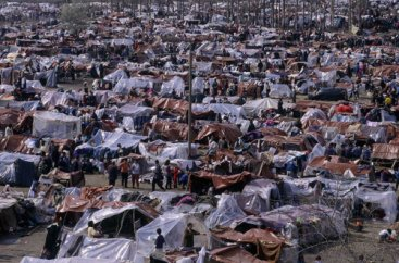Refugees from Kosovo settle spontaneously in a makeshift camp in the no man's land at border between Macedonia and Kosovo, near Blace. Source: H. J. DAVIES/UNHCR (1999), taken from COMMISSIONER FOR HUMAN RIGHTS (2011) .