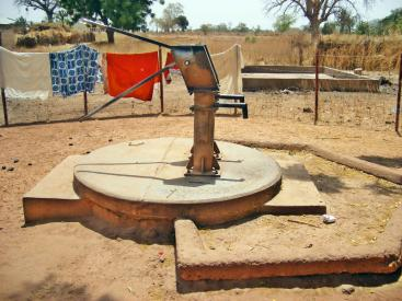 Deep-well hand piston pump including apron and drain in Wallalan, Upper Badibu District, Gambia. Source: WATER CHARITY (n.y.)